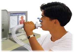 мужчине проводится диагностика спирометрией