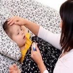 женщина измеряет температуру ребёнку