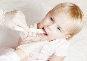 осмотр больного горла девочки