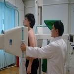 врач проводит флюорографию мужчине