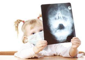 девочка рассматривает снимок больных пазух