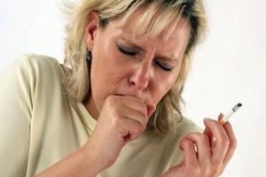 курящая женщина курит и кашляет