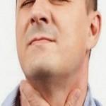 мужчина держится за больное горло