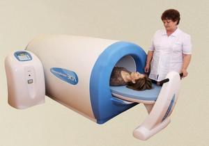 врач проводит магнитотерапию девушке