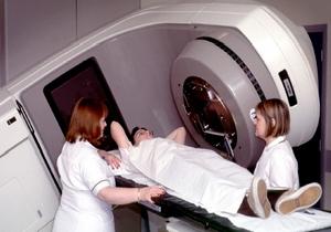 врач проводит томографическое обследование