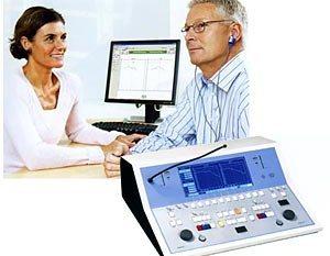 врач диагностирует отит методом аудиометрии