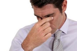 мужчина испытывает боль в носовой перегородке