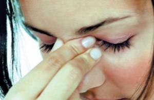 девушка испытывает болевые ощущения при гаморите