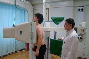 врач проводит флюрографическое обследование