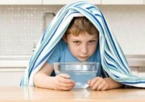 мальчик лечится ингаляцией в домашних услових