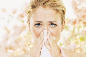 насморк у девушки на фоне аллергена