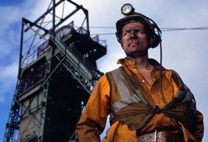 шахтёр на фоне шахты