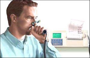 мужчина диагностируется методом спирометрии