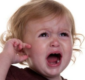 девочка плачет от боли в ухе