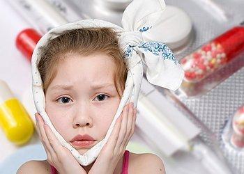 девочка с повязкой на ушах