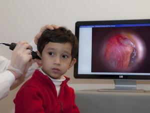 проведение отоскопии у ребёнка