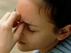 девушка указывает на боль в носовых пазухах