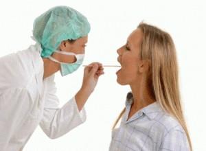 диагностика врачом ангины