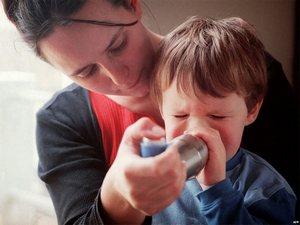 мама обучает ребёнка правильному использованию ингалятора