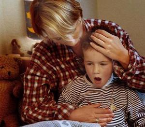 мама помогает ребёнку выдержать приступ астмы