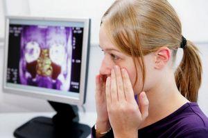 девушка жалуется на симптомы сфеноидита