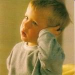 мальчик показывает на больное ухо