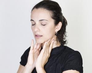 девушка указывает на боли в горле