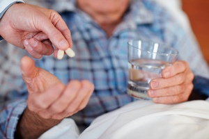 больному дают антибиотики