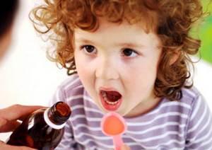 ребёнок принимает лекарство