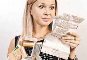 девушка изучает инструкцию на антибиотик