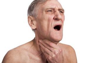 пожилой мужчина испытывает приступ удшья