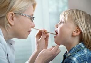проведение осмотра врачом горла ребёнка