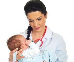 больной новороденый на руках у врача