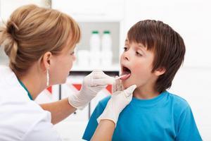 приём у врача ребёнка с больным горлом