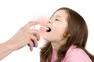 впрыскивание спрея в горло ребёнку
