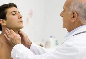 врач осматривает лимфоузлы