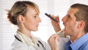 врач смотрит горло