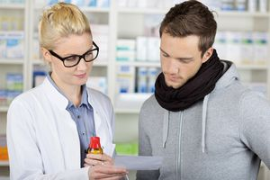 выбор лекарства в аптеке