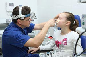 лор врач смотрит ребенка