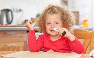 ребенок и спрей в нос