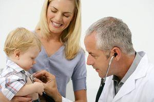 врач слушает легкие ребенка
