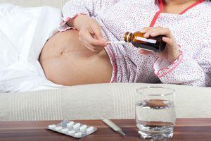 беременная принимает лекарство