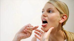 врач осматривает горло