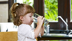 девочка пьет воду