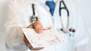 врач предлагает рецепт к лекарству